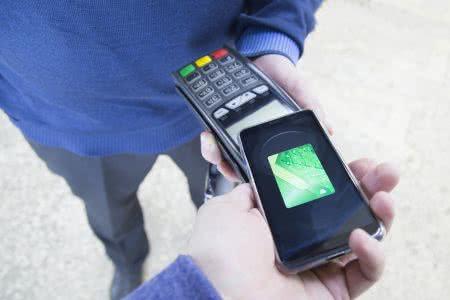 MoneyCheck | Google Pay und Apple Pay: Gehört Ihr Handy in Alufolie?