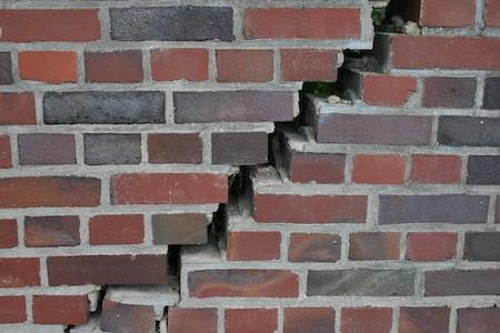 MoneyCheck | Risse im Mauerwerk - Welche Versicherung zahlt?